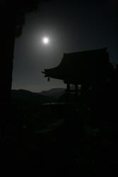 南牧村黒滝不動寺☆鐘楼と満月