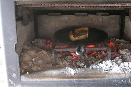 薪ストーブで料理を温める